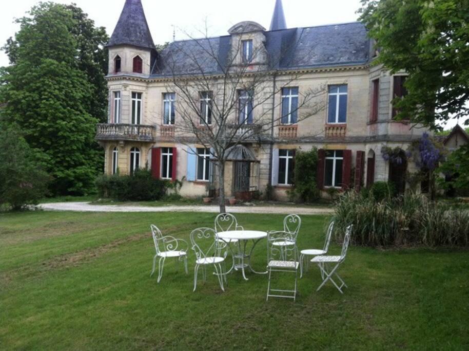 Un salon de jardin style XIXème permet de passer un bon moment à l'extérieur en famille ou entre amis