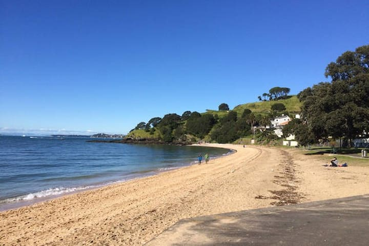 2min to lovely Cheltenham Beach