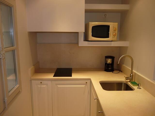 Cuisine : lave vaisselle, four µ-ondes, plaque 2 feux