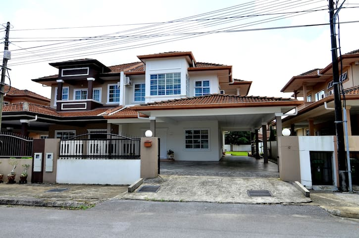 Leslie's Comfort Homestay Kuching - Kuching - Casa