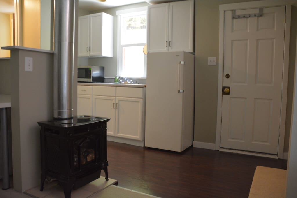 Gas fireplace with remote, refrigerator/freezer and private entrance