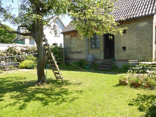 House w/ garden close to center