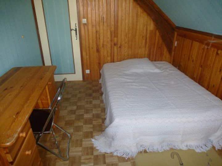 Petite chambre au calme dans maison particulière.