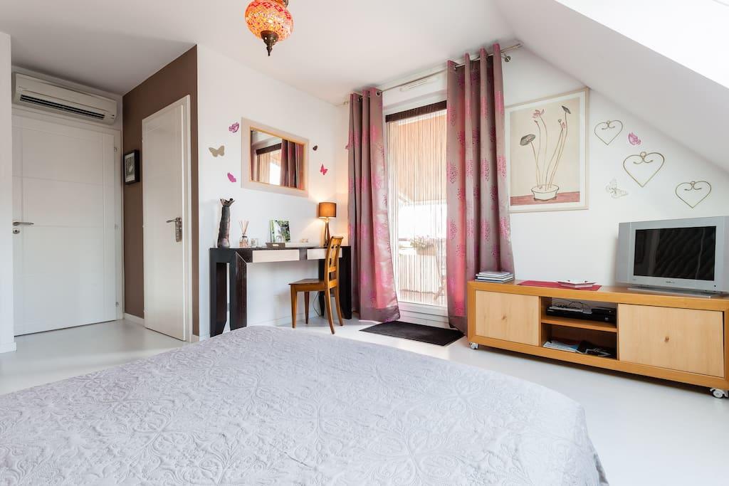 vue générale de votre chambre de 25m2 avec porte d'accès à votre salle de bain et à votre terrasse