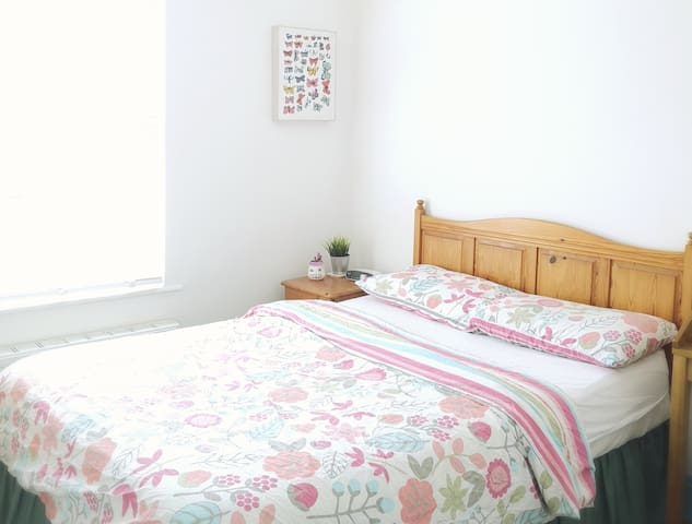 Calm double room overlooking garden. Free-parking