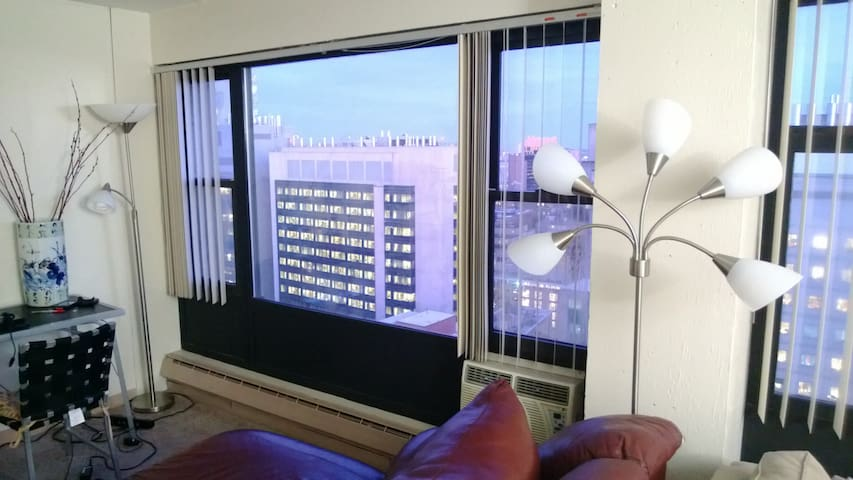 Cozy, high-rise room, lovely view