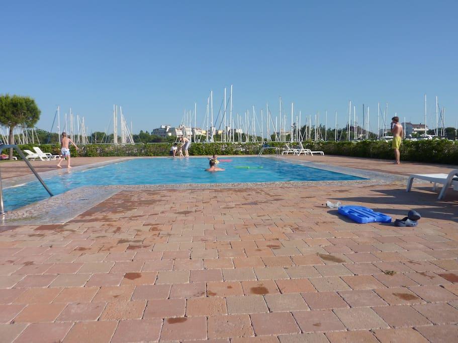 Großer Pool direkt vor dem Haus