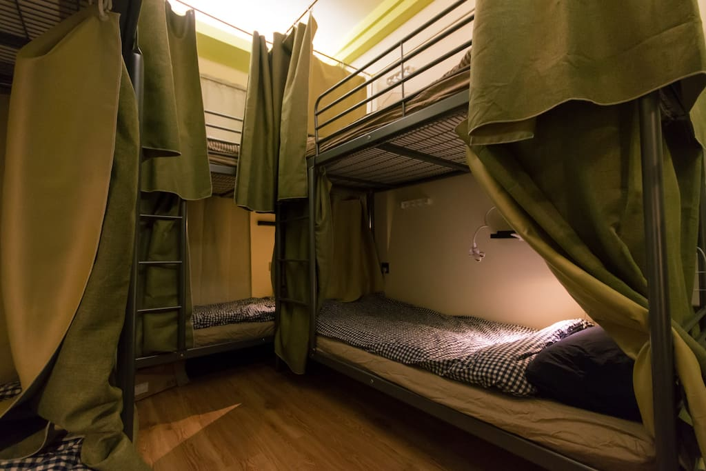 多人间的床位,既舒服又有私秘性,每个床头都有床头灯和插座哦。