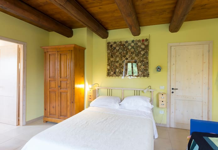 Casa Uno -  the biggest yellow room - San Costanzo