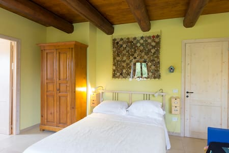 Casa Uno -  the biggest yellow room - San Costanzo - Bed & Breakfast