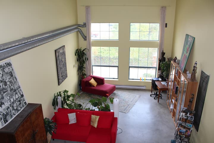 LARGE CENTRAL MODERN FURNISHED LOFT