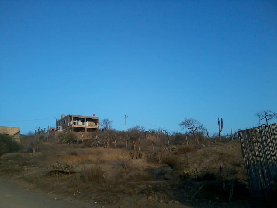 Se localiza en lo alto de la montaña, es posible localizarla desde la carretera La Paz-Todos Santos, entrando al Pueblo hacia la izquierda.