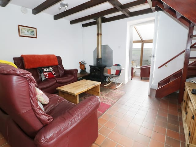 THE COTTAGE AT FRONHAUL, pet friendly in Whitland, Ref 943712