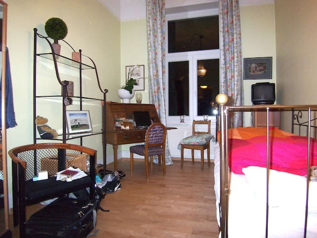 Wonderful small room-close to fair - Frankfurt - Bed & Breakfast