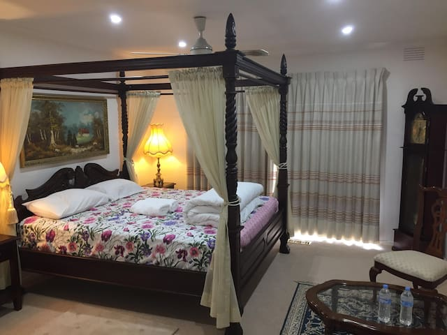 Luxury King Ensuite+pvt kchn, TV, AC, Parking