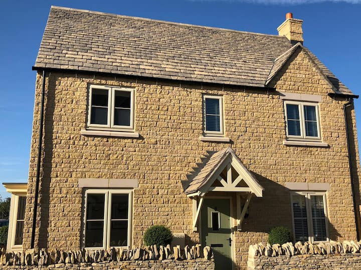 Modern Cotswold cottage Bourton on the Water