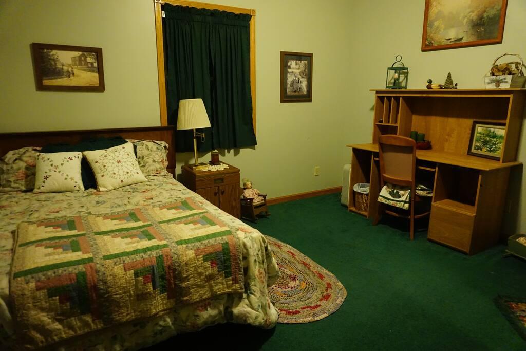 Bedroom - 1 Queen size bed