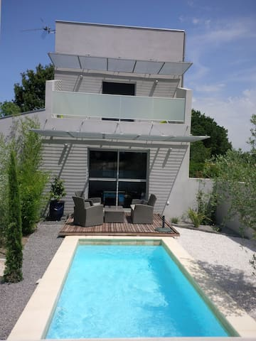 Petite maison moderne patio piscine - Assas - House