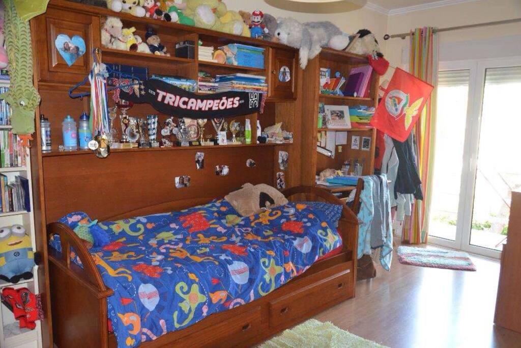 Será esta a cama solteiro e existe outro colchão igual por baixo que sai.  The bed is this one and there is another one below. (Single beds)