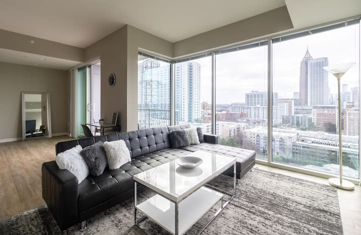 Stylish High-rise on the Top Floor w. City Views