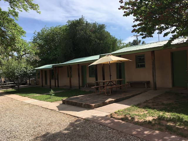 Vintage Studio Apartment 15 minutes from Zion