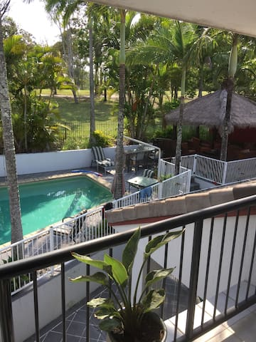 Resort Living on a Golf Course with Kangaroos - Arundel - House