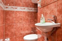 Tastefully tiled bathroom in warm colors
