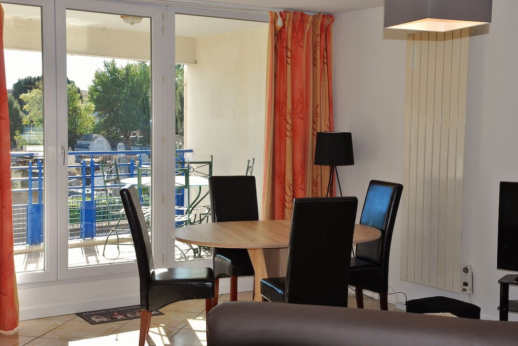 Salle à manger lumineuse donnant sur terrasse plein Sud pour déguster nos excellents fruits de mer et finir avec un bon café charentais.