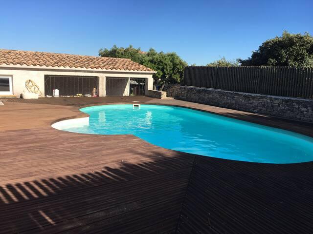 Villa avec piscine sur terrain arboré