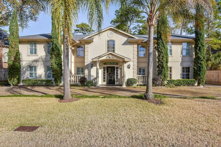 Mansion in Memorial! Great Location, Open Spaces