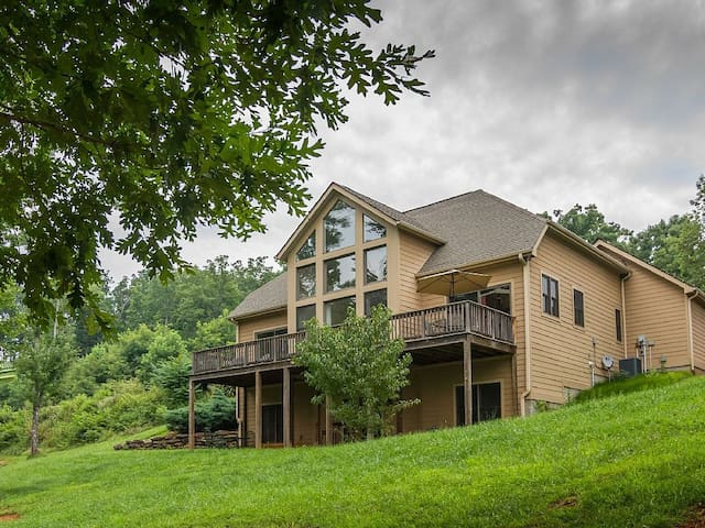 Golden Ridge Cottage Lake Lure! Enjoy All The Mountains Have To Offer!