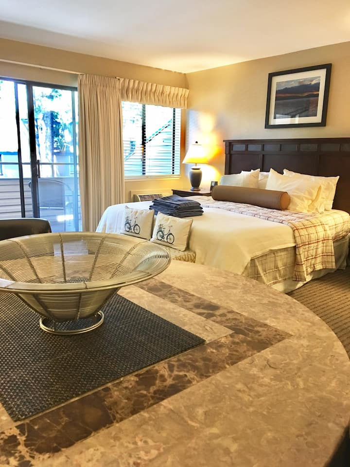 Deluxe serene condo, in resort, beach, pool, spa!