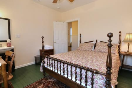The Bartlett (Rose Room) - Walnut Grove - Bed & Breakfast