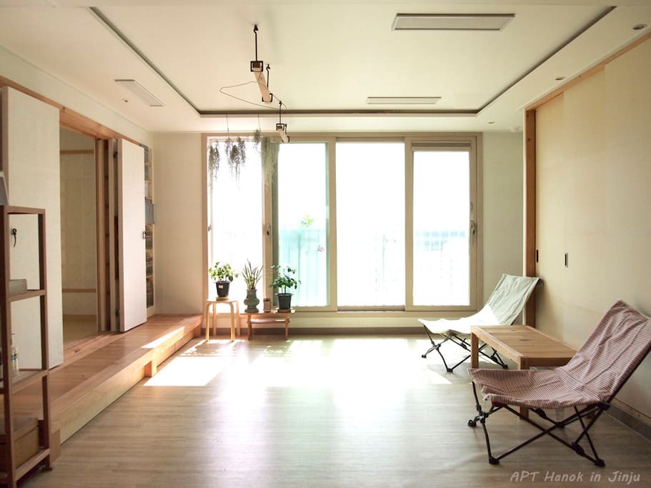we provide guests private livingroom while they stay at home. 손님이 집에 머무는 동안은 거실을 전용으로 쓰실 수 있는 구조로 되어 있습니다.