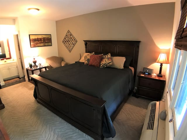 Bella Paradiso #9, King Bed, Walk to Downtown, Free Parking, Wifi, Front Balcony