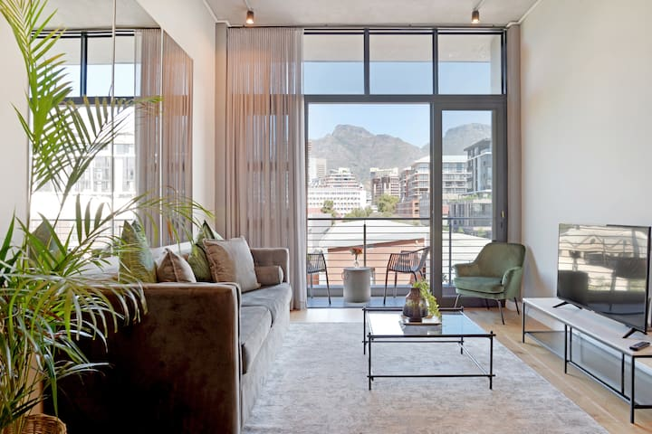 Luxury Designer cnr apt with Table Mountain views!