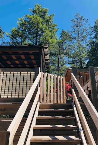 Driveway side entrance gate to Treehouse Cottage