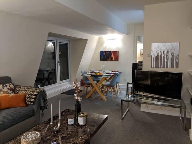A central double bedroom en-suite in a cozy flat