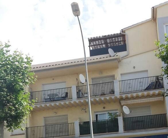 Façade vue de la rue / Fachada vista de la calle / Street view of the facade