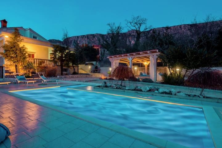 Villa with pool and  panoramic view of the mountainous landscape !