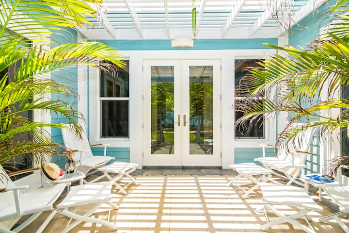 Papaya Cottage: 2-Bedroom Cottage on Oceanfront Micro-Resort 10 Minutes from Seven Mile Beach