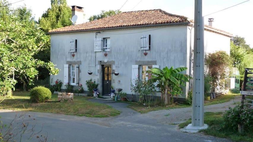 CHAMBRE SYMPA DANS MAISON ANCIENNE - Saint Martial sur ISOP - บ้าน