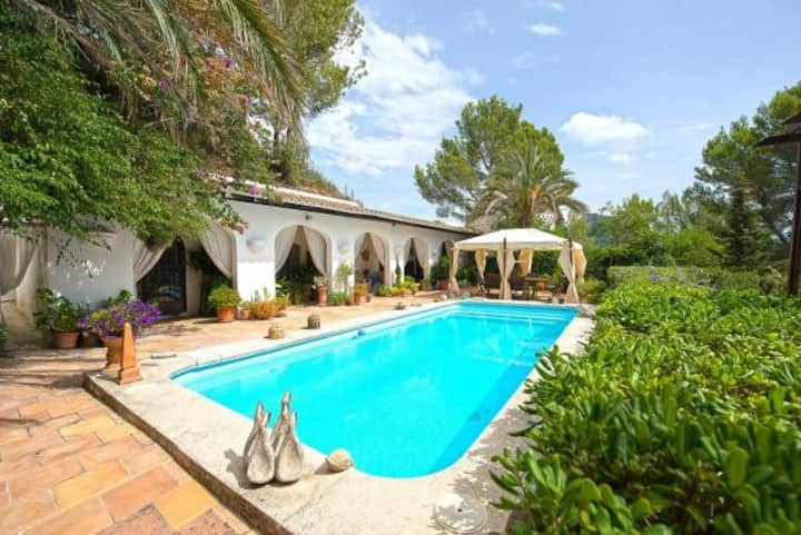 5 bedroom villa with pool , gardens and sea views.