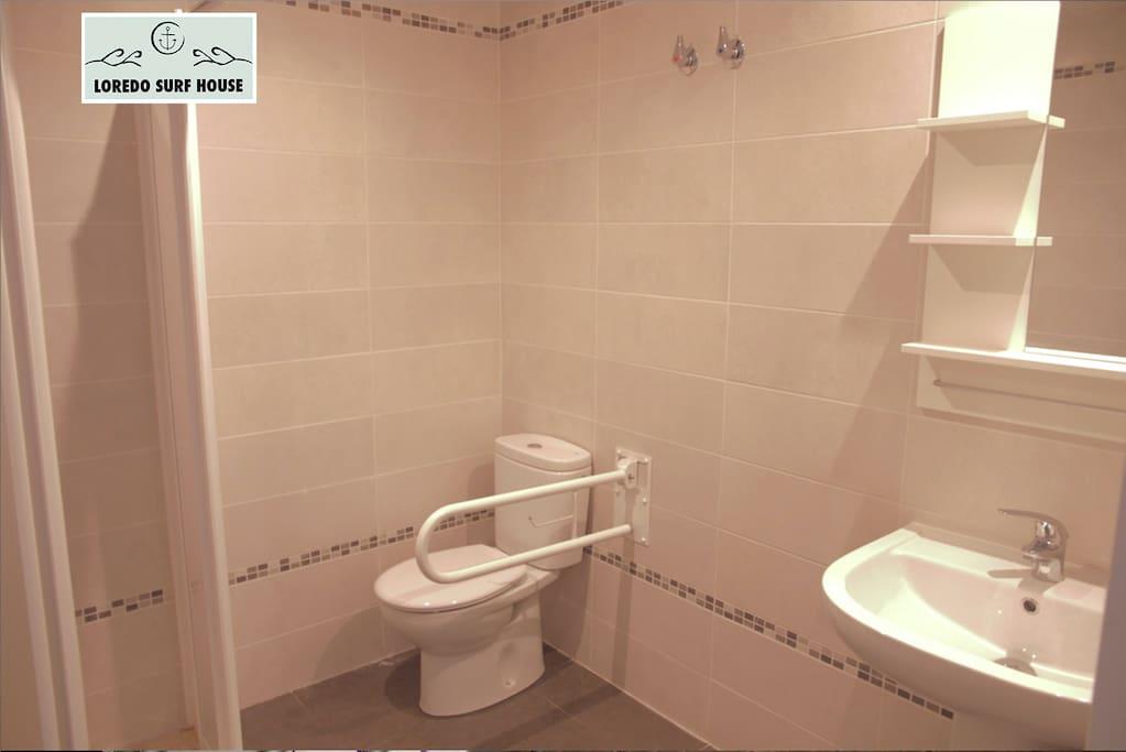 Habitación compartida o para grupos de 6-8 - BAÑO DENTRO DE LA HABITACIÓN/ Shared Dorm or group room for 6-8 people - BATHROOM INSIDE