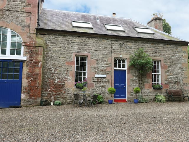 ROSE COTTAGE, pet friendly, with open fire in Lilliesleaf, Ref 927233