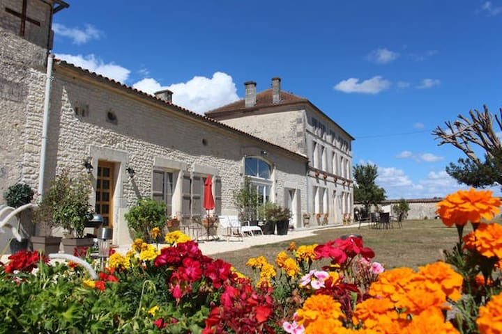 Luxury gite with shared heated pool near Cognac - Celles - House