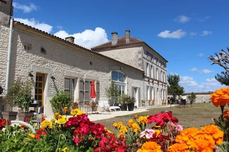 Luxury gite with shared heated pool near Cognac - Celles - 一軒家