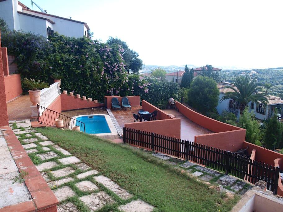 La vista del jardín y piscina.