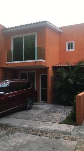 ACOGEDORA casa en ZONA HOTELERA de IXTAPA.