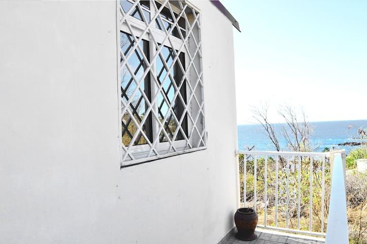 Petite terrasse donnant une vue sur la plage de petite anse